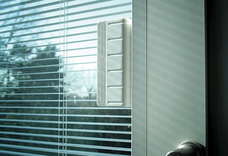 Venetian blinds integrated into the glazing unit