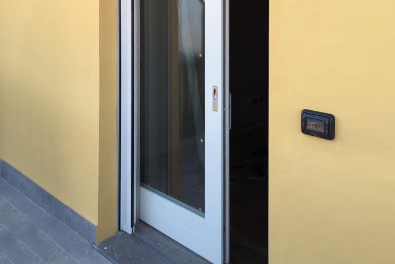 Sliding door with horizontal screen